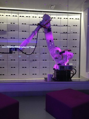 YOTEL New York at Times Square West:                   Robot per valigia