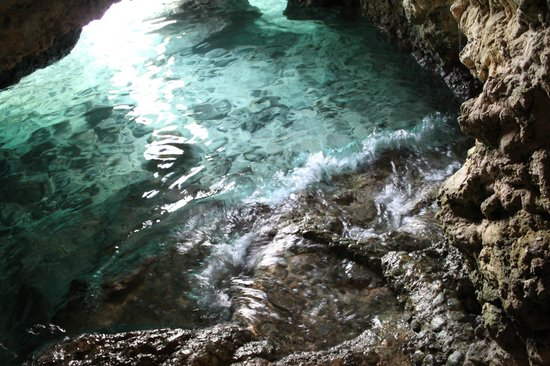 Spider House Resort: cave near hotel leads to beach