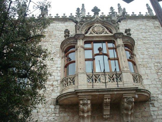 Casa del Cordon:                   Casa del Cordón