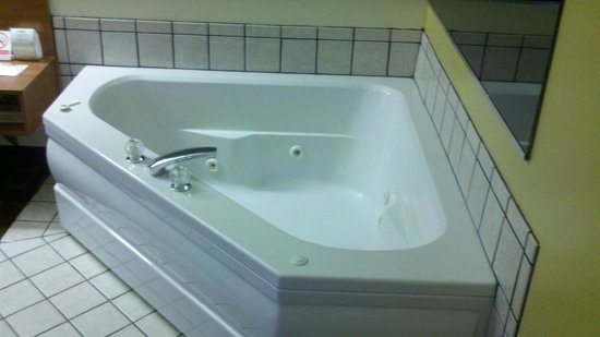Microtel Inn & Suites by Wyndham Charlotte/Northlake: Jacuzzi tub