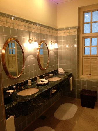 Raffles Hotel Singapore:                   Spacious bathrooms