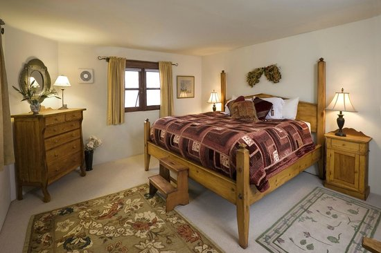Alexander's Inn: Four poster king beds, high quality linens and feather duvets.