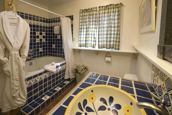 Alexander's Inn: Guests in The Cottage enjoy a double jacuzzi tub.