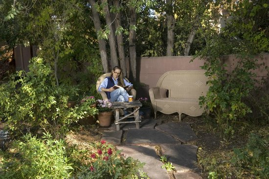Alexander's Inn: Guests of The Cottage & The Casita enjoy relaxing in the peaceful garden setting.