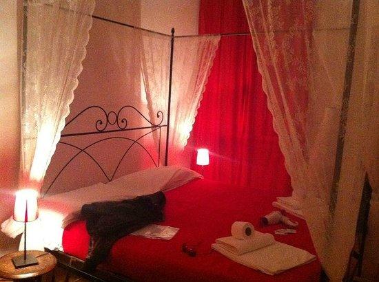 Meltin' Rome Guesthouse: letto a baldacchino