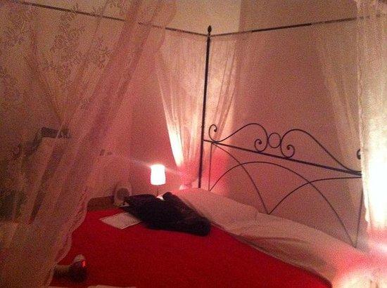 Meltin' Rome Guesthouse: letto a baldacchino 2