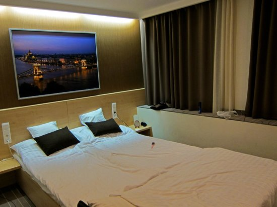 Promenade City Hotel:                   Room on 5th floor with a view to Vaci utca
