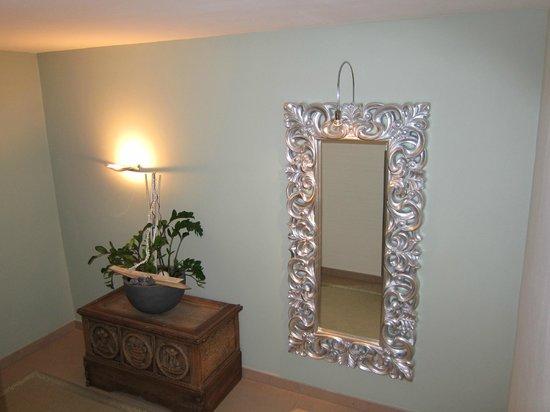 Hotel Stefan:                   corridor mirror