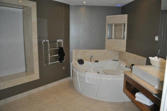 Muckross Park Hotel & Spa:                   broken tub