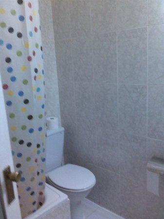 HOSTAL PEREDA:                   Parte del baño