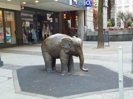 Wuppertaler Schwebebahn: This is not the Schwebebahn but a statue dedicated to the elephant that fell from the Schwebebah