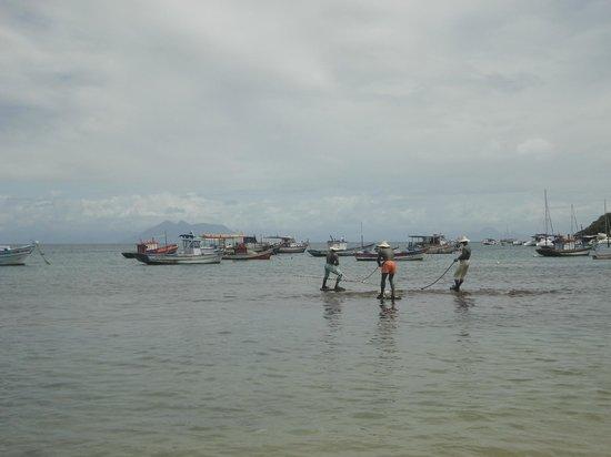 Auberge de la Langouste:                                     Escultura de los pescadores Praia Amarcao