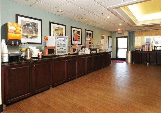 Hampton Inn Morganton: Free Breakfast Area