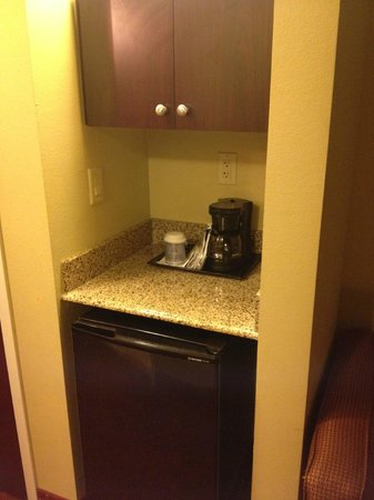 Holiday Inn Express Hotel & Suites Orlando South-Davenport: Fridge, coffee facilities and microwave in cupboard