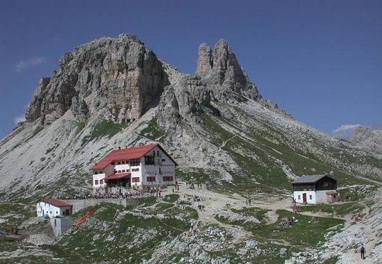 Sesto, Italia:                   rifugio locatelli sotto la torre di toblin