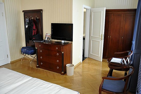 Hotel Ambassador: Grosses Zimmer mit grossem BAd