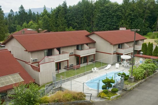 Sequim Bay Lodge: Back building with pool