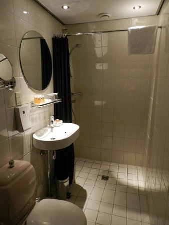 Hotel Sebastian's: Spacious well appointed bathroom