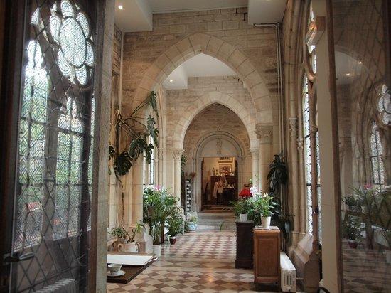 Abbaye de la Bussiere :                   Vers la salle du petit-déjeuner