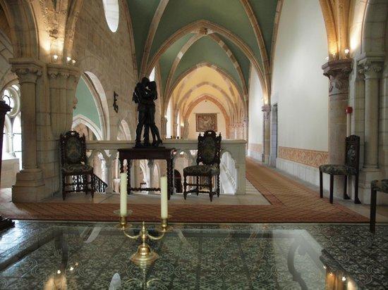 Abbaye de la Bussiere :                   Vu du hall au premier étage