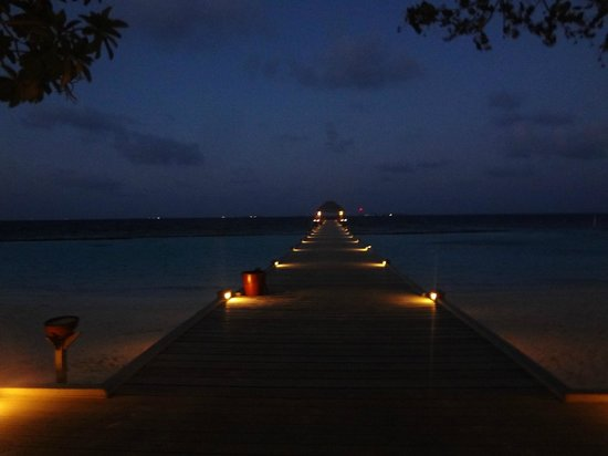 Vakarufalhi Island Resort:                   la sera dopo cena , un sogno da innamorati !