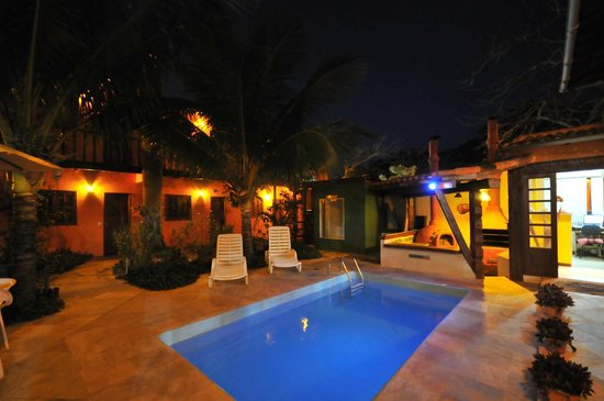 Pousada Alforria: Vista da piscina à noite