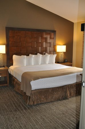 Embassy Suites by Hilton Mandalay Beach - Hotel & Resort: bedroom