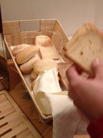 Aacr Museo:                   pan escaso y del día anterior, durísimo