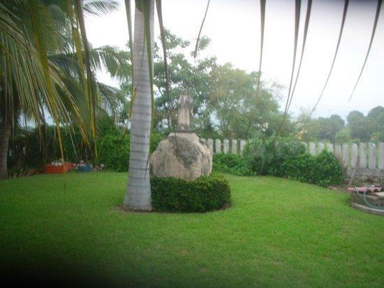 Paradise Lagoon Hotel:                                                       Grounds