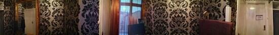Hotel Hansson:                   Ett varv runt rummet. Notera att nattlampan vid sängen var trasig.