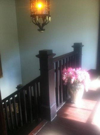 Hercules Inn:                   entrance hallway to room
