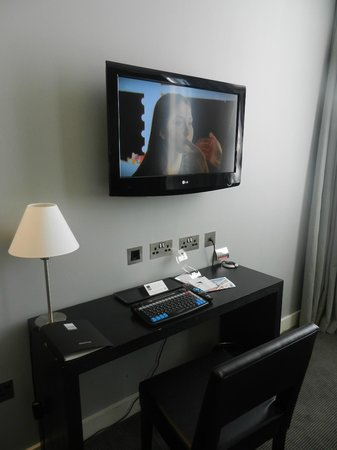 The Nadler Liverpool: TV and desk