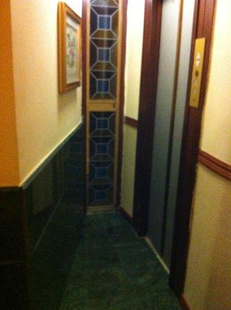 أوكسفورد هوتل روم:                   entrance to lift                 