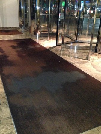 Grand Hyatt New York: Floor Mat is looking very worn in the middle