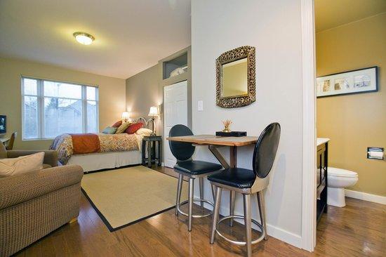 Alma Beach Suites: Studio Living Space