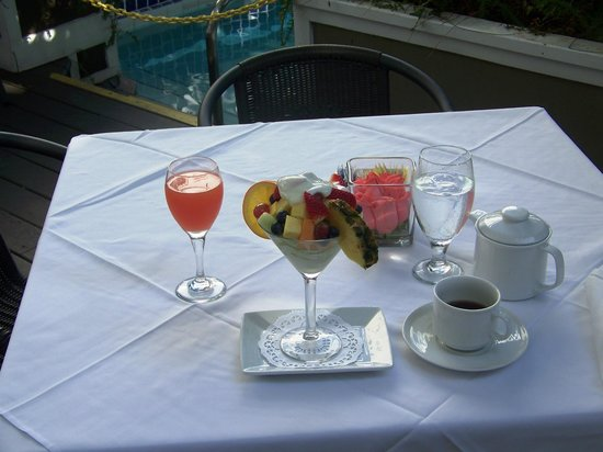 La Te Da Hotel:                   Breakfast-berries and fruit cocktail