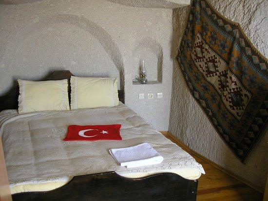 Sarihan Cave Hotel:                   interior de um quarto escavado na rocha (cave-room)