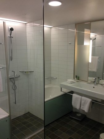 Hilton Helsinki Airport: bathroom