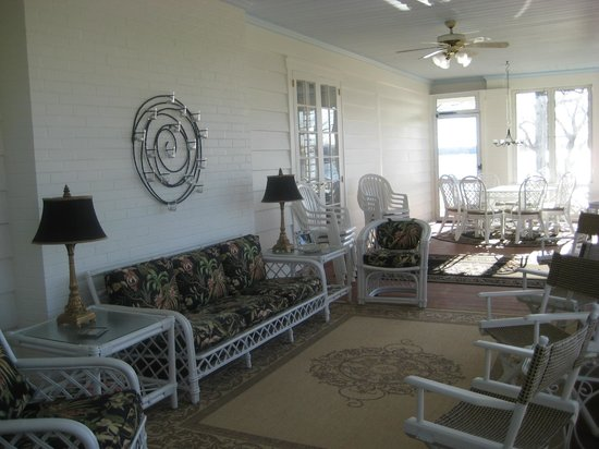 Lakeside Bed and Breakfast: Porch overlooking lake for dining and relaxing