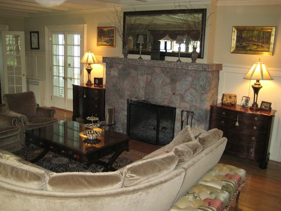 Lakeside Bed and Breakfast: Living Room view of fireplace