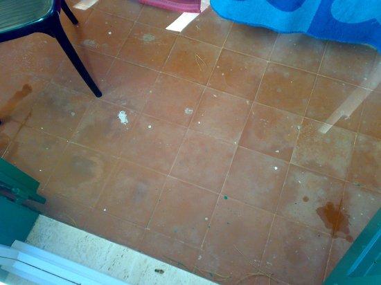 """Club Esse Cala Bitta:                   la """"pulizia"""" deil terrazzino della camera"""