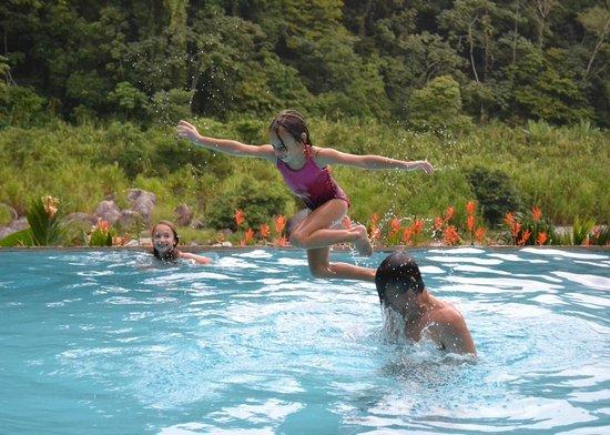 Villas Pico Bonito:                   pool overlooking the river