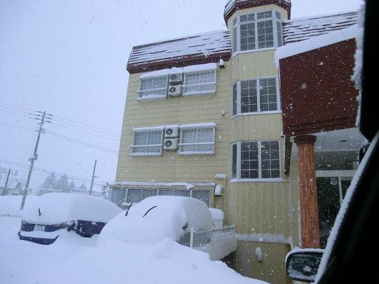Iijikan :                   概観、一晩で車が埋もれるほどの雪