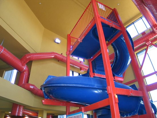 Comfort Suites Kelowna: Looking up at the top of the waterslide