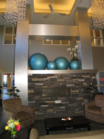 Comfort Suites Kelowna: Welcoming Lobby