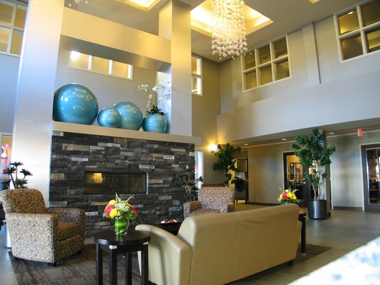 Comfort Suites Kelowna: enjoy lobby seating