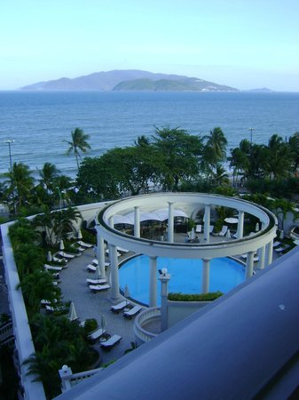 Sunrise Nha Trang Beach Hotel & Spa : overlooking pool
