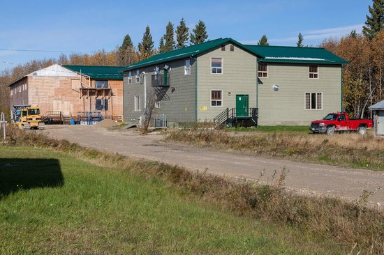 Fort Albany, Canadá:                   New lodge with newer lodge under construction behind