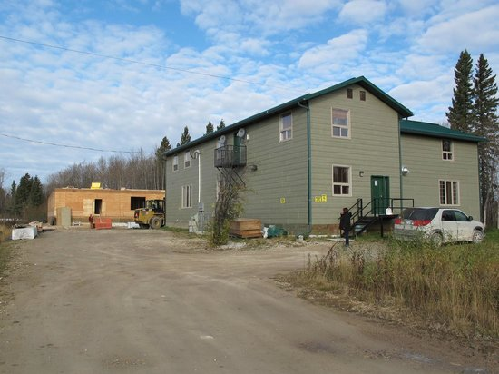 Fort Albany, Canadá:                   Second phase lodge with third under construction behind.