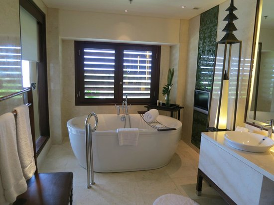 The St. Regis Bali Resort: Bathtub